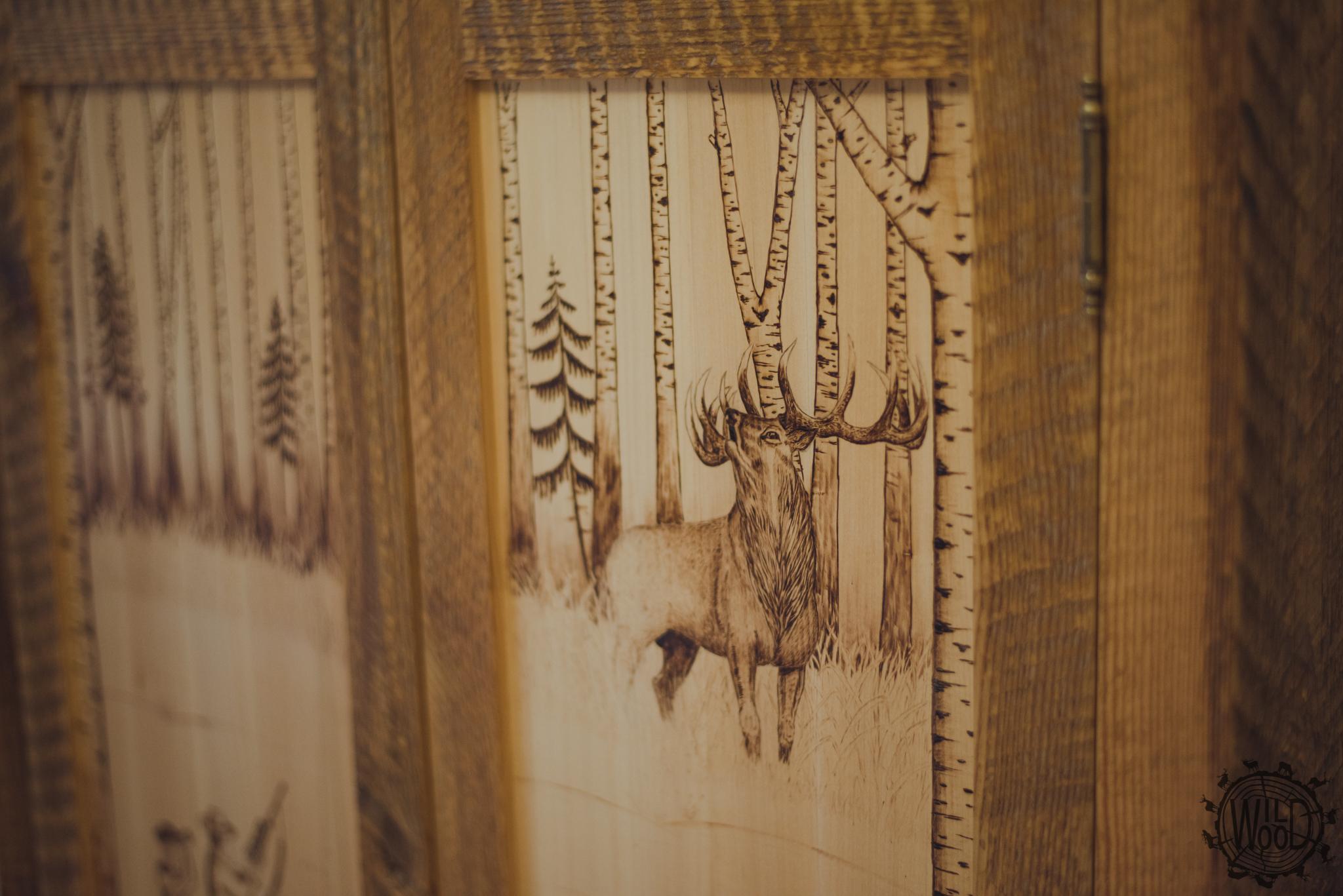 usługi stolarskie białystok, nietypowe meble białystok, usługi stolarskie podlaskie, wildwood, stolarz białystok, szafka z motywem myśliwskim, meble z motywem myśliwskim, jeleń w drewnie